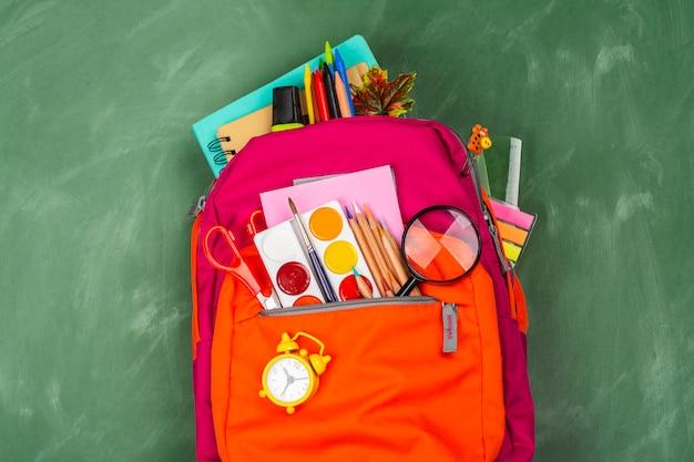 Zaino con utensili per la scuola