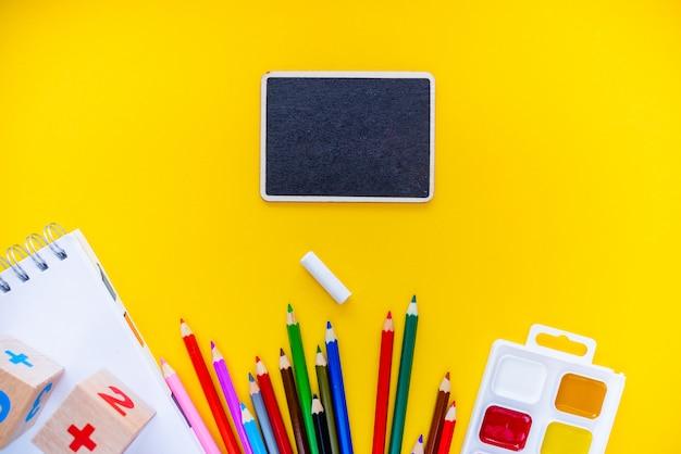 Ritorno a scuola lavagna per matite blocco note numbs abc alfabeti alfabetici.