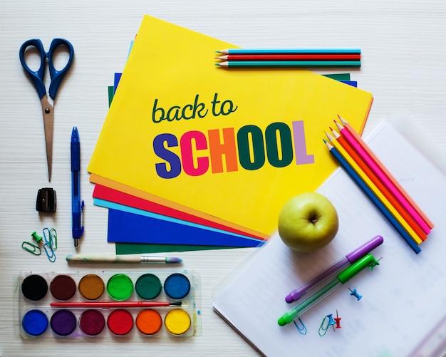 Ritorno a scuola - sfondo luminoso design colorato ed elegante.