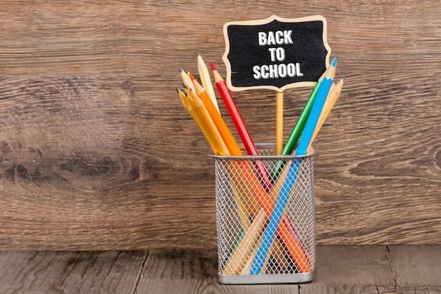 Ritorno a scuola, scritte in gesso con matite