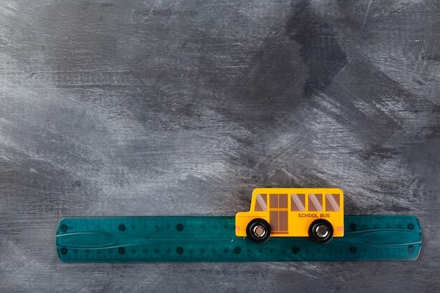 Torna al concetto di scuola. imitazione del viaggio a scuola sullo scuolabus. vista dall'alto. copia spazio