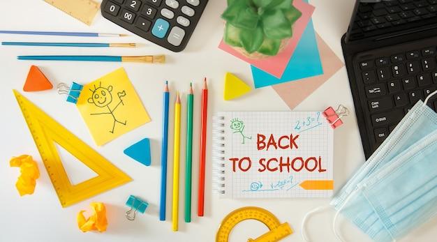 Torna al concetto di scuola. apra il taccuino con il materiale scolastico