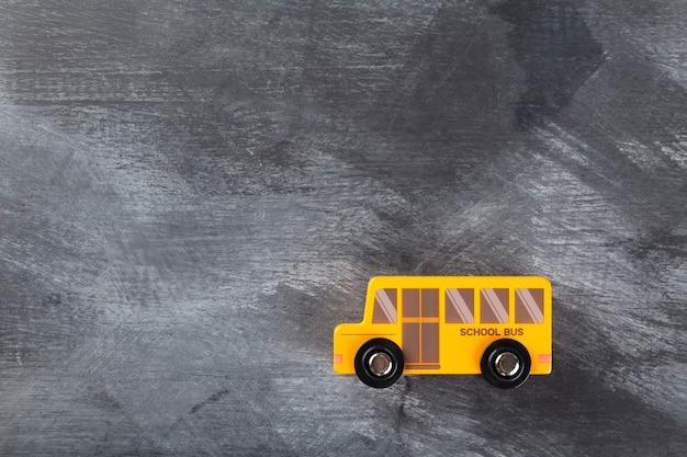Torna al concetto di scuola. scuolabus sul nero