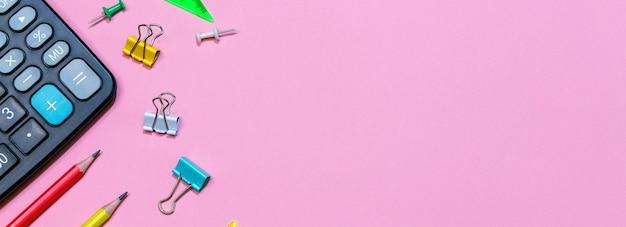 Torna al concetto di scuola scuola e forniture per ufficio su una superficie rosa Foto Premium