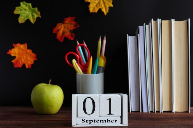 Ritorno al concetto di scuola cancelleria e calendario della scuola datati 1 settembre messa a fuoco selettiva