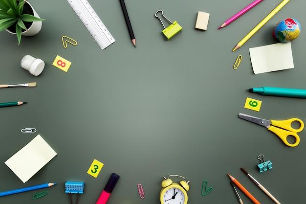 Ritorno a scuola concettuale piatto con diversi oggetti di forniture per ufficio