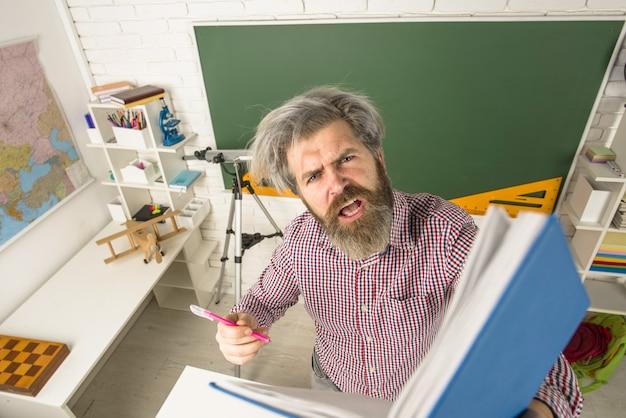Ritorno a scuola insegnante confuso con blocco note che impara il concetto di scuola di educazione insegnante di giorno dell'insegnante