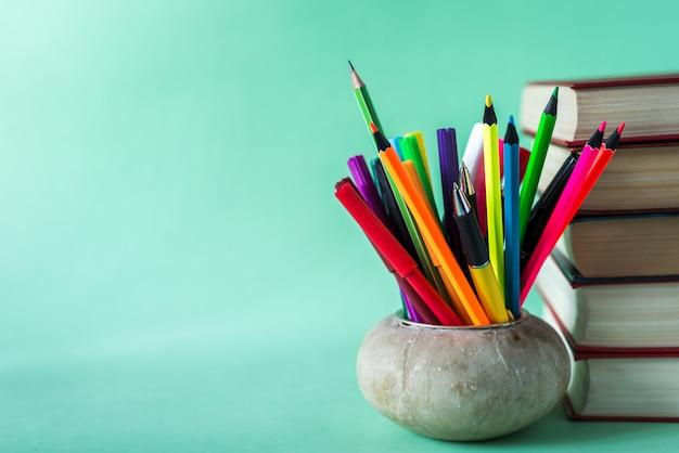 Ritorno al design della scuola con elementi educativi, materiale scolastico.