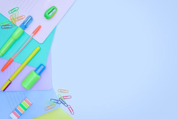 Ritorno a scuola e concetto di educazione su sfondo blu con spazio di copia