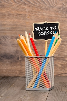 Ritorno a scuola, scrittura a mano in gesso con le matite