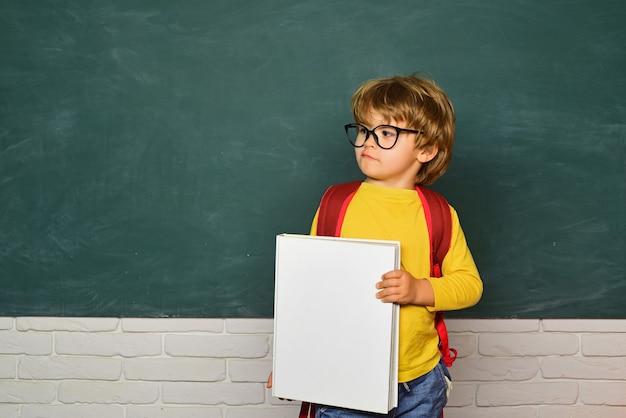 Ritorno al concetto di educazione dei bambini della scuola i bambini delle scuole vengono vittime di bullismo a scuola bullismo a scuola