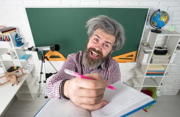 Ritorno a scuola apprendimento educazione concetto di scuola giornata degli insegnanti insegnante insegnante uomo insegnante insegnante in