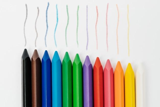 Di nuovo a scuola. set di colori pastello matita cera pittura isolato sul muro bianco