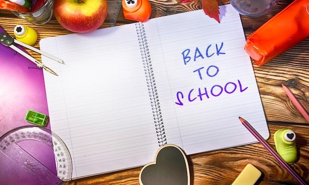 Ritorno a scuola, forniture e lavagna.