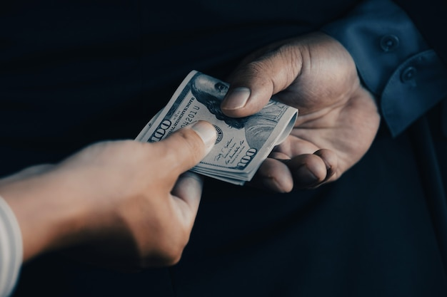 Lato posteriore dell'uomo d'affari che danno tangenti ai funzionari del governo concetto di corruzione