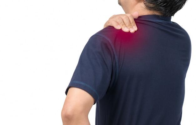 Lato posteriore dell'uomo che soffre di mal di schiena isolato su sfondo bianco, dolore alla parte superiore della schiena e concetto di assistenza sanitaria