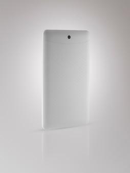 Il lato posteriore del tablet inclinato e con riflesso su sfondo chiaro, isolato
