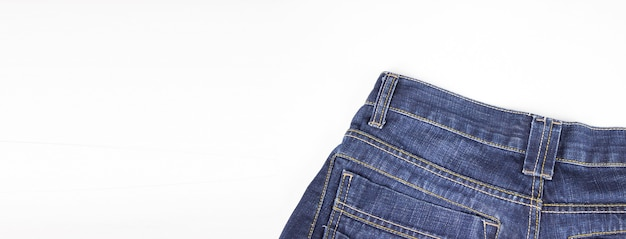 Parte superiore posteriore dei jeans su sfondo bianco. copia spazio. abbigliamento, concetti di negozio online.