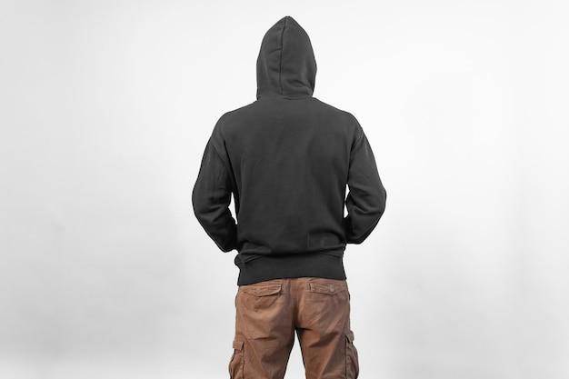 Vista posteriore di un mockup di felpa con cappuccio nera per la stampa di design su sfondo bianco