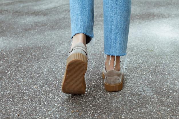 Vista posteriore sui piedi femminili in eleganti scarpe rampicanti