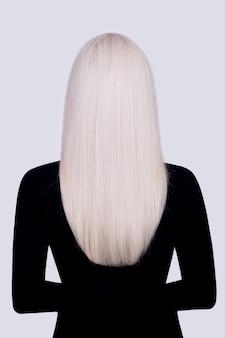 Vista posteriore di capelli femminili lunghi, lisci, sani, biondi