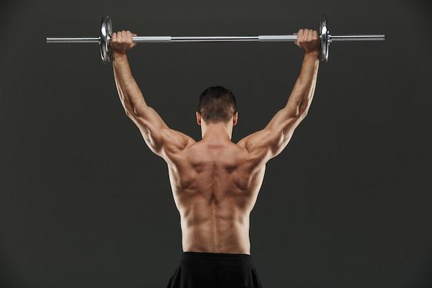 Vista posteriore di un bodybuilder muscolare in forma