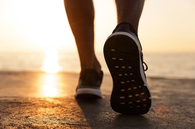 Vista posteriore di scarpe da ginnastica maschili