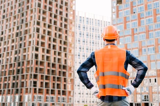 Vista posteriore uomo con le mani sui fianchi Foto Premium