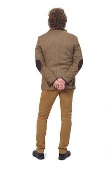 Vista posteriore di un uomo di mezza età con giacca sportiva su uno spazio bianco, mani incrociate