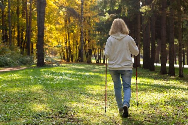 Vista posteriore della donna anziana trekking all'aperto