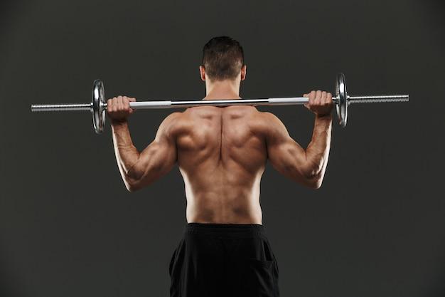 Ritratto di vista posteriore di un forte sportivo muscolare senza camicia