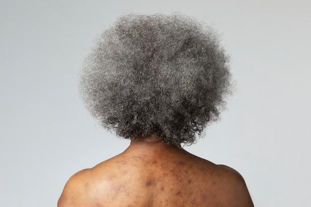 Vista posteriore di una donna afroamericana anziana