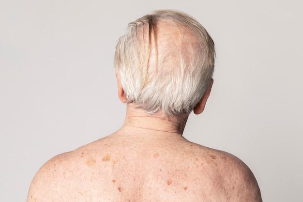 Vista posteriore di un uomo anziano con i capelli bianchi