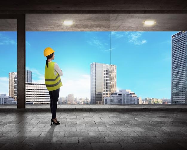 Vista posteriore del manager di successo guardando la città