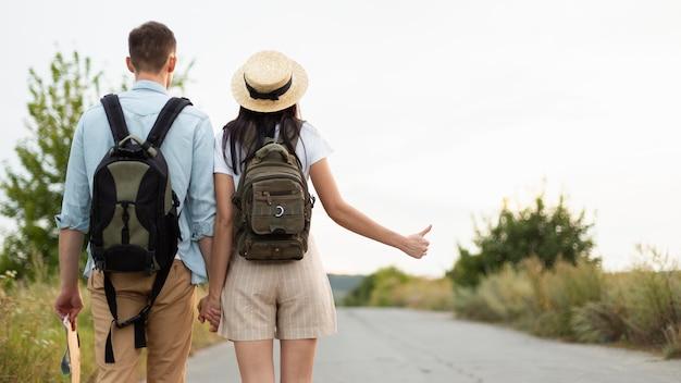 Vista posteriore giovane coppia intoppo escursionismo