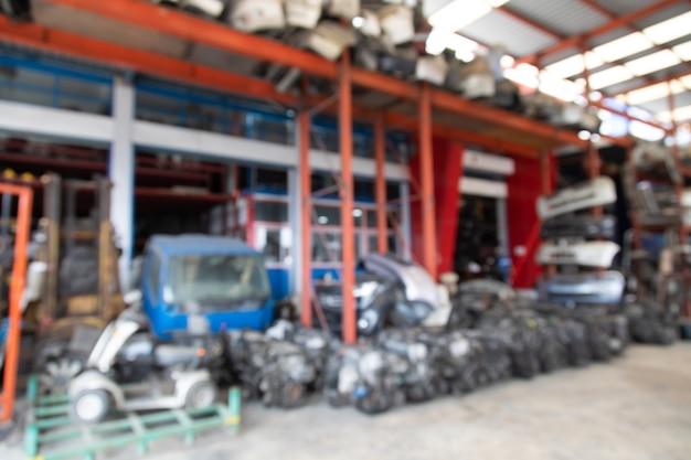 Sfondo per la progettazione di banner. sfocatura foto di pezzi di ricambio di seconda mano del vecchio magazzino di ricambi per auto.