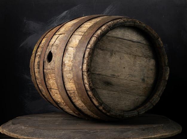 Sfondo del barile e vecchio tavolo di legno consumato