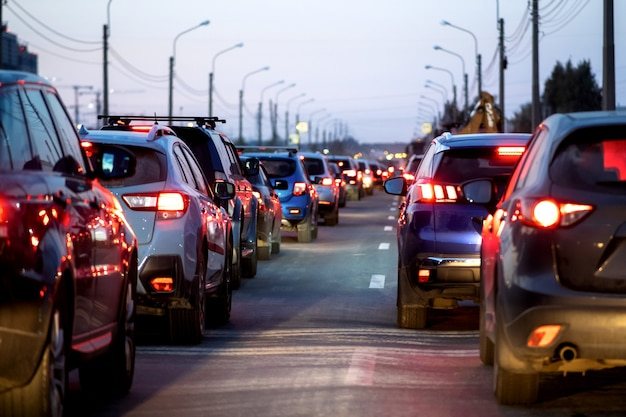 Sfondo, sfocatura, fuori fuoco, bokeh. ingorghi stradali, riparazioni stradali o incidenti. luci rosse dei freni delle auto ferme.