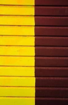 Sfondo di tavole marroni e gialle. trame. sfondo.
