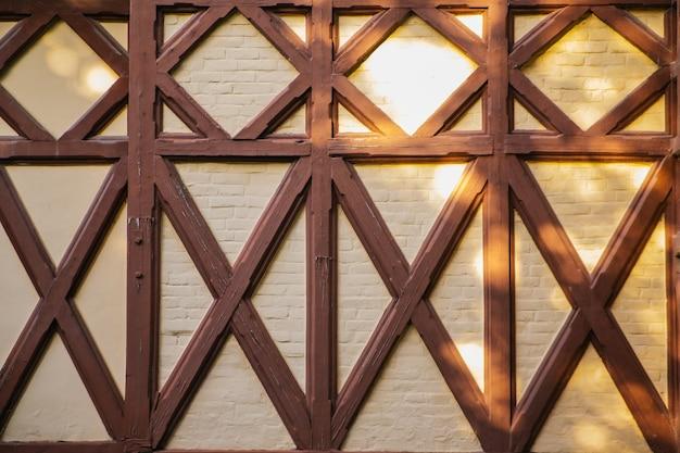 Sfondo di un muro di un edificio con pannelli in legno. forme geometriche. architettura e design moderni.