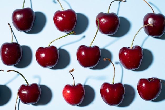 Sfondo di ciliegie disposte a forma di scacchi