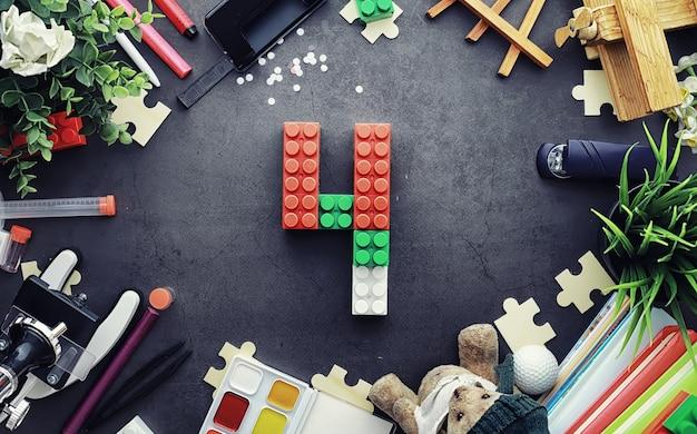 Sfondo. giocattoli per bambini sul tavolo. lo spazio tra i giocattoli dei bambini.