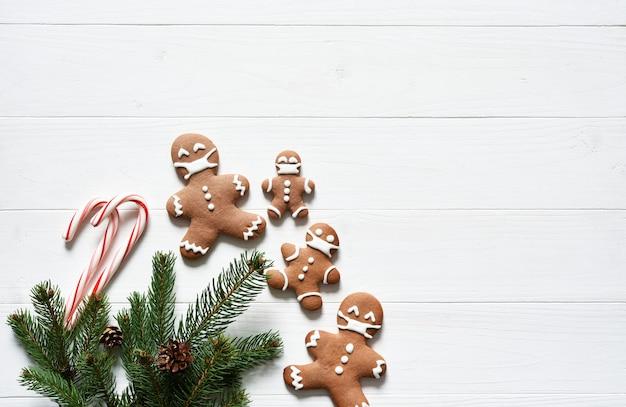 Sfondo nel concetto di natale. decorazione con biscotti di abete e pan di zenzero