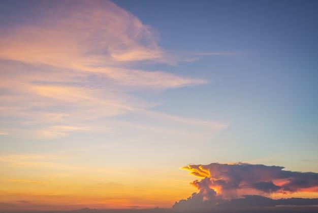 Sfondo di nuvole colorate e cielo