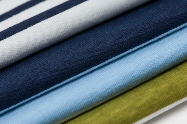 Sfondo di tessuti colorati e tessuti impilati l'uno sull'altro