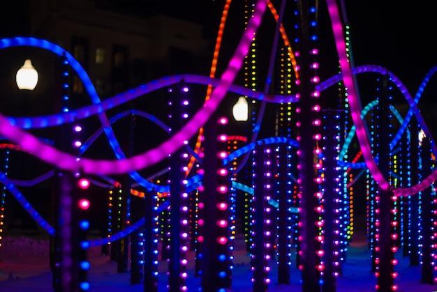 Luci colorate di sfondo un frammento di illuminazione di capodanno all'aperto nella notte cit