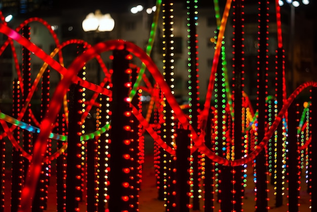 Luci colorate di sfondo un frammento di illuminazione di capodanno all'aperto nella città notturna