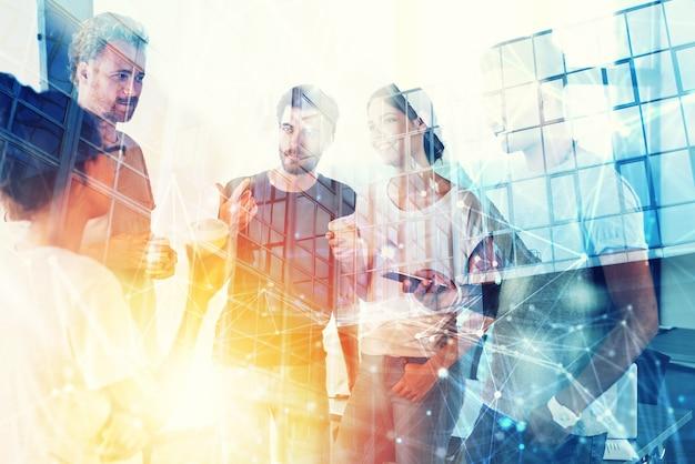Concetto di sfondo con silhouette di uomini d'affari al lavoro doppia esposizione ed effetti di luce