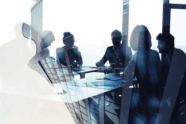 Concetto di sfondo con silhouette di uomini d'affari al lavoro
