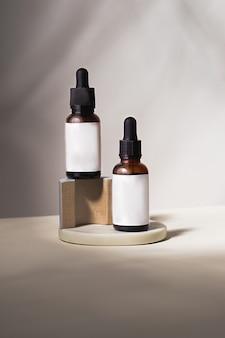 Sfondo per l'identità del marchio del prodotto cosmetico e l'ispirazione per l'imballaggio due bottiglie per cosmetici su